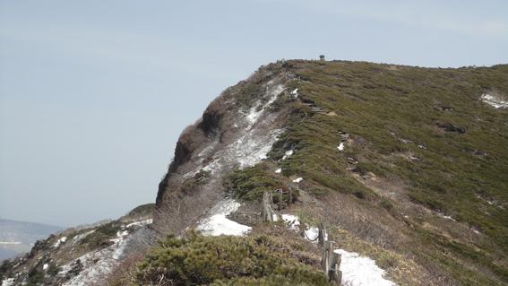 火口を左に山頂の祠