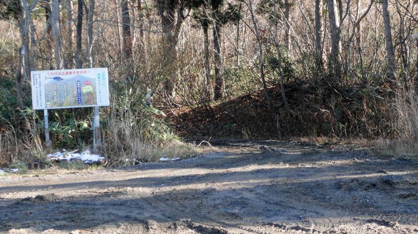 「登山口」は駐車場中央部から「クワッド・リフト-1」寄りの作業道路