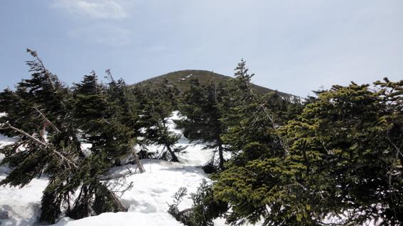 「赤倉岳」中腹から積雪少なく階段が見えてきた