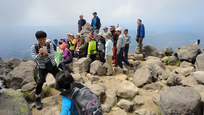 「山の日」山頂は登山客で賑わったが、後方は現地グループで「赤倉コース」から30名で
