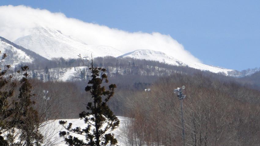 下山し山頂の強風を眺める