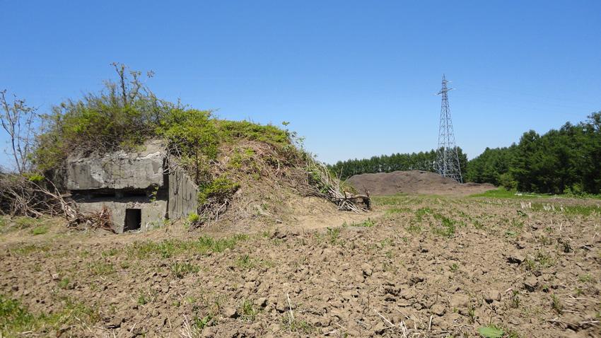 15.  開墾された畑のそばに静かにたたずむ「猿沢トーチカ」