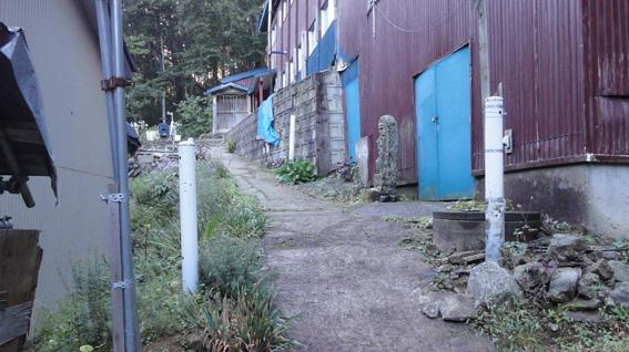 「行者小屋」を通り抜ける