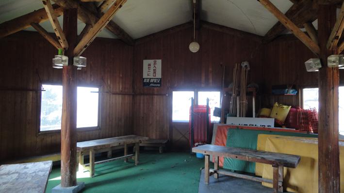 2.  標高480mのパラグライダー基地「前平避難ロッジ」内部。入口から左右にトイレ