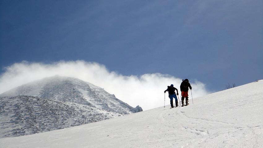 無風の北斜面ゲレンデから一気に西風を受ける「岩木山」山頂