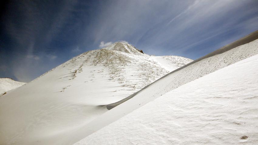 「西法寺森」のナイフエッジ雪庇が岩木山方向に続く