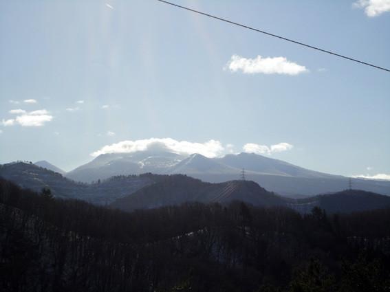 8+.   高塔から尾根を進み八甲田の冠雪が