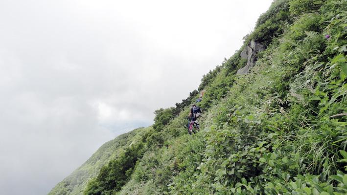 「耳成岩」直下の道は、降雨時滑りやすく非常に危険