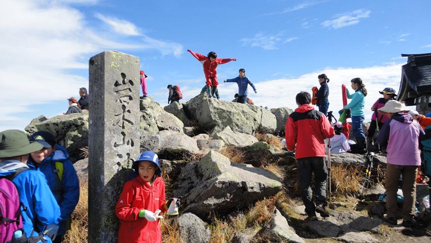 4.  山頂は多くの小学生で賑わう