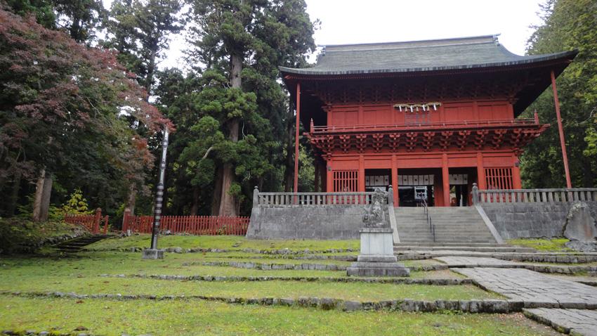 岩木山神社「桜門」の左に登山道に至る参道がある