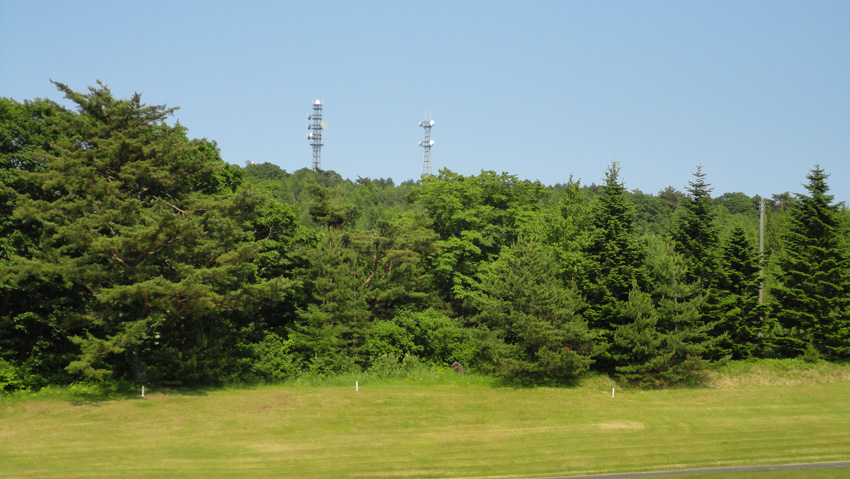 15.  ホテルへ続くゴルフコース舗装路から山頂アンテナ群