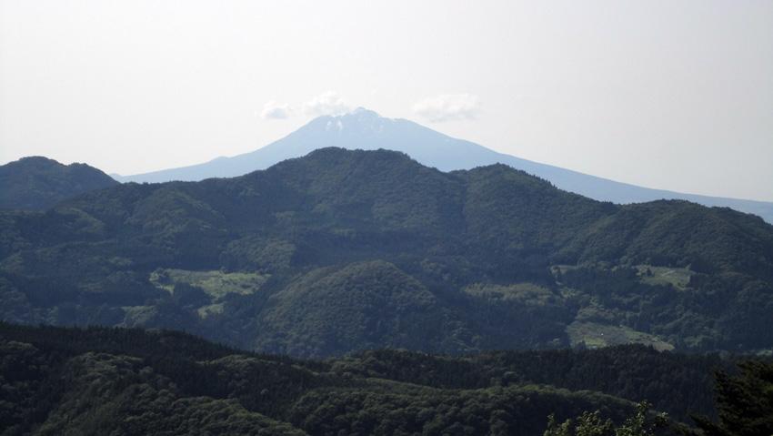 16.  岩木山手前の「尾開山」と、山麓には「石ノ塔」へ続く早瀬野集落