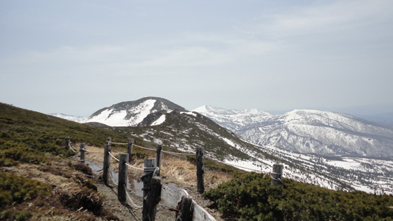 「井戸岳」山頂と「大岳」、南八甲田パノラマ