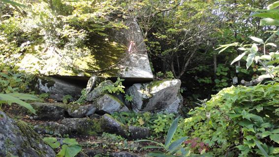 「伯母岩」右が参道・登山道