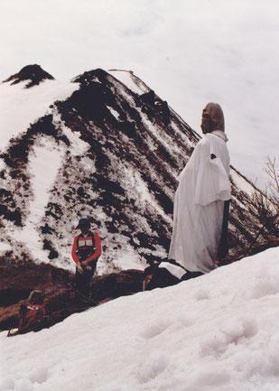 「岩木山」と「巌鬼山」の鞍部に大きな石仏