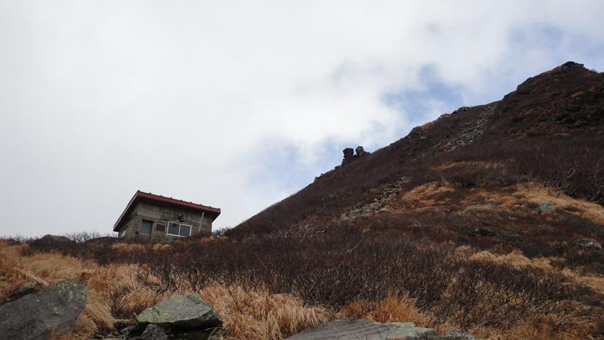 「百沢登山道」分岐。「鳳鳴ヒュッテ」は「焼止ヒュッテ」と同じ造作
