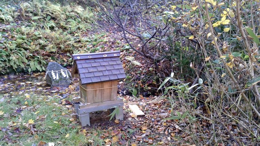 7.  「神様の池」(旧大鳴沢避難小屋跡)からは石苔の急坂で滑るので、帰路「チェーンスパイク」着用