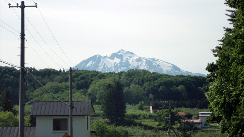 4.  帰路、久渡寺の坂道から岩木山