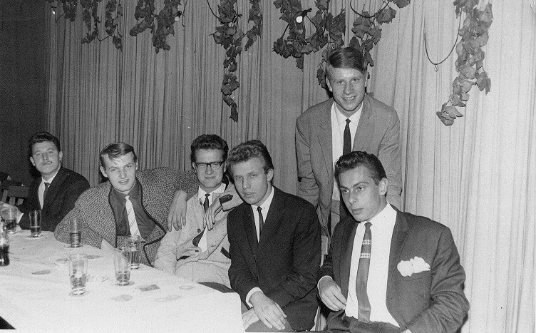 Chuck And The Philharmonics 2. v.l. Chuck, Alfred, Wolfgang, n.N. und stehend: der Manager 1964