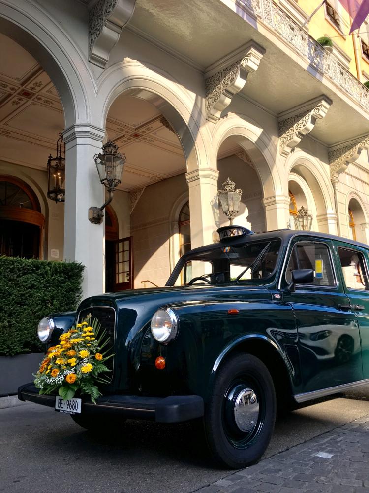 Les Trois Rois in Basel mit dem London-Taxi