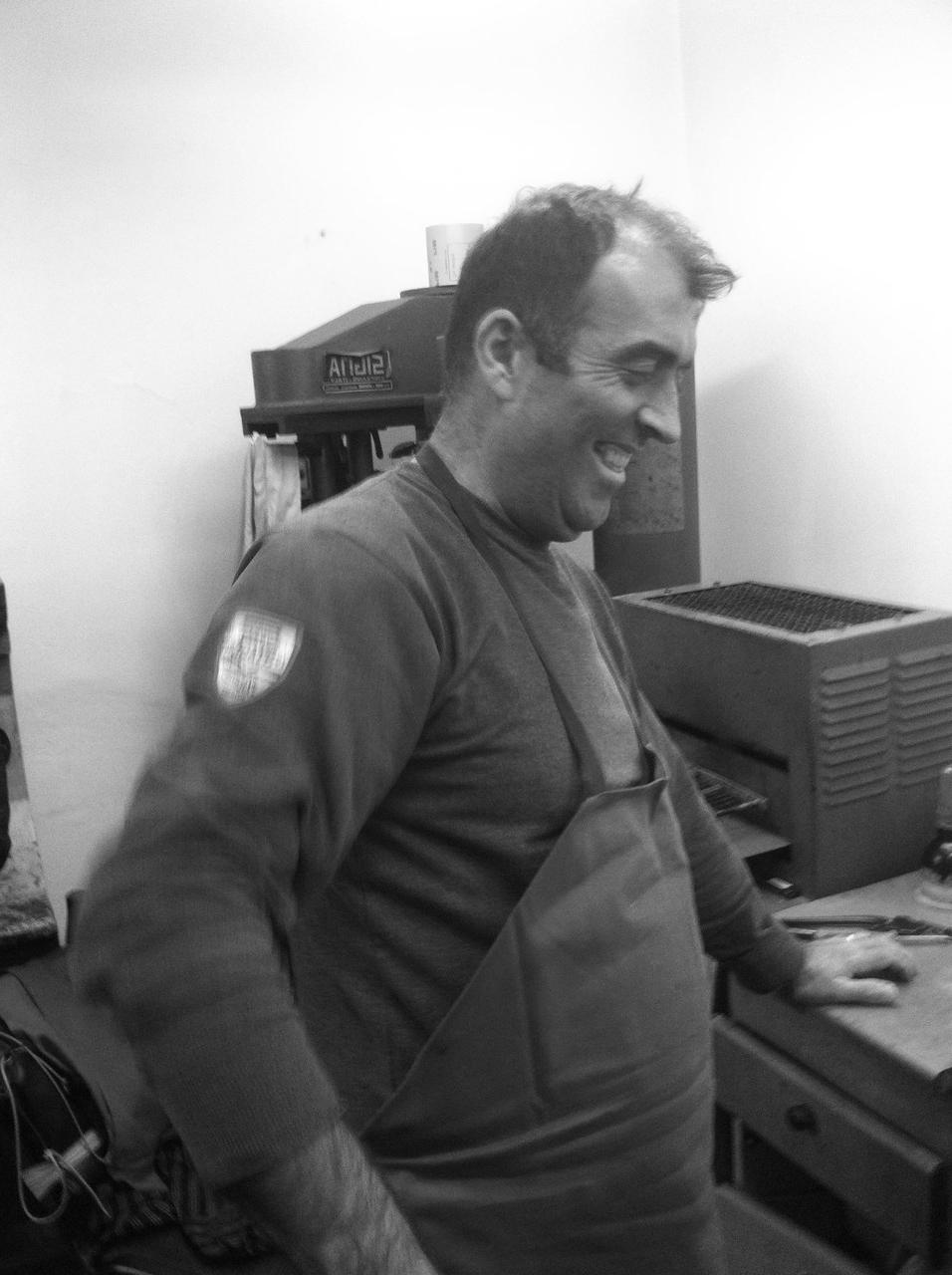 """Das ist Fuad. Er ist der """"Chief of Produktion"""" vor Ort und arbeitet schon seit über 20 Jahren in dem Betrieb."""