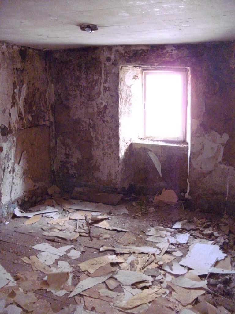 Die Küche mit hohem Fußbodenaufbau und abgehängter Decke