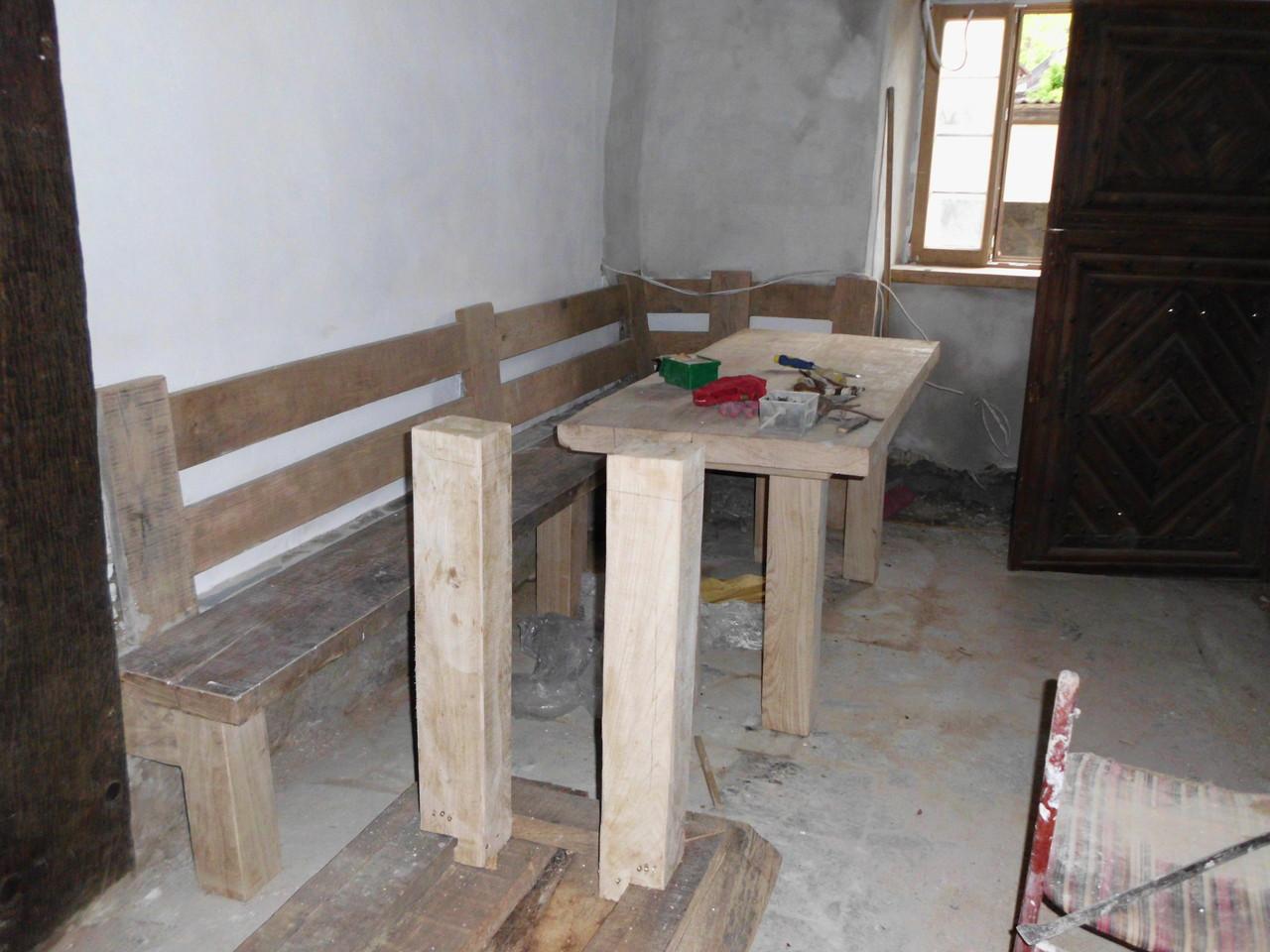 Die Küche - der alte Fußboden ist abgetragen, die abgehängte Decke entfernt