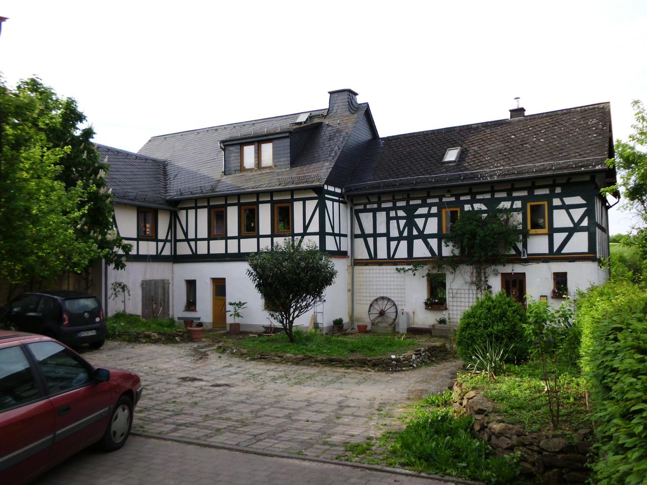 Am vorderen Teil des Altbaus in Gräveneck wurden nur kleine Sanierungsarbeiten durchgeführt