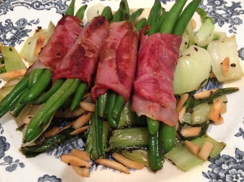 Grüne Speckbohnen auf Mandel Pak Choi