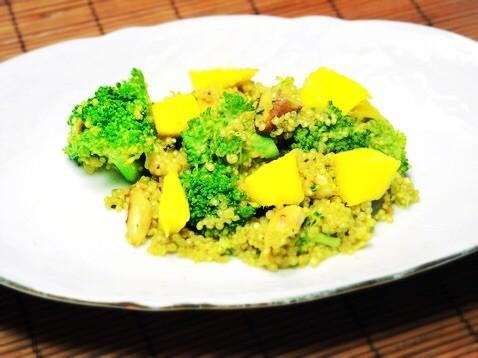 Quinoa-Currygemüse mit Mango und Nüssen