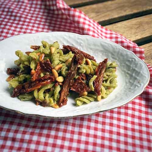 Rezept: Paleo Erbsenpasta mit getrockneten Tomaten, Aprikosen & Pinienkernen