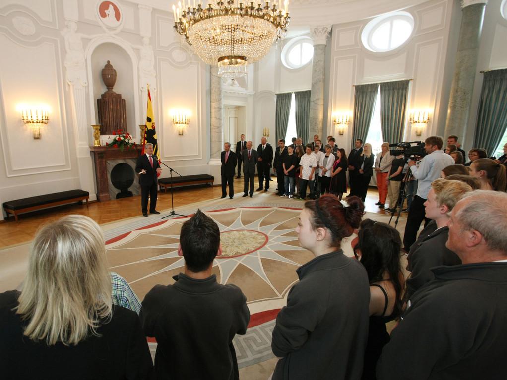 Der Bundespräsident  Joachim Gauck spricht zu den fünf Gewinnerteams