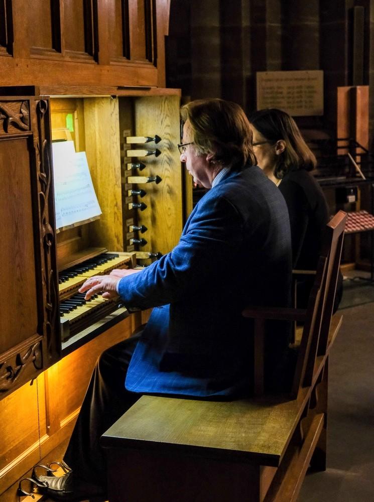 A la console de l'orgue baroque de l'église Saints Pierre et Paul à Obernai. Concert donné le 06 août 2019.