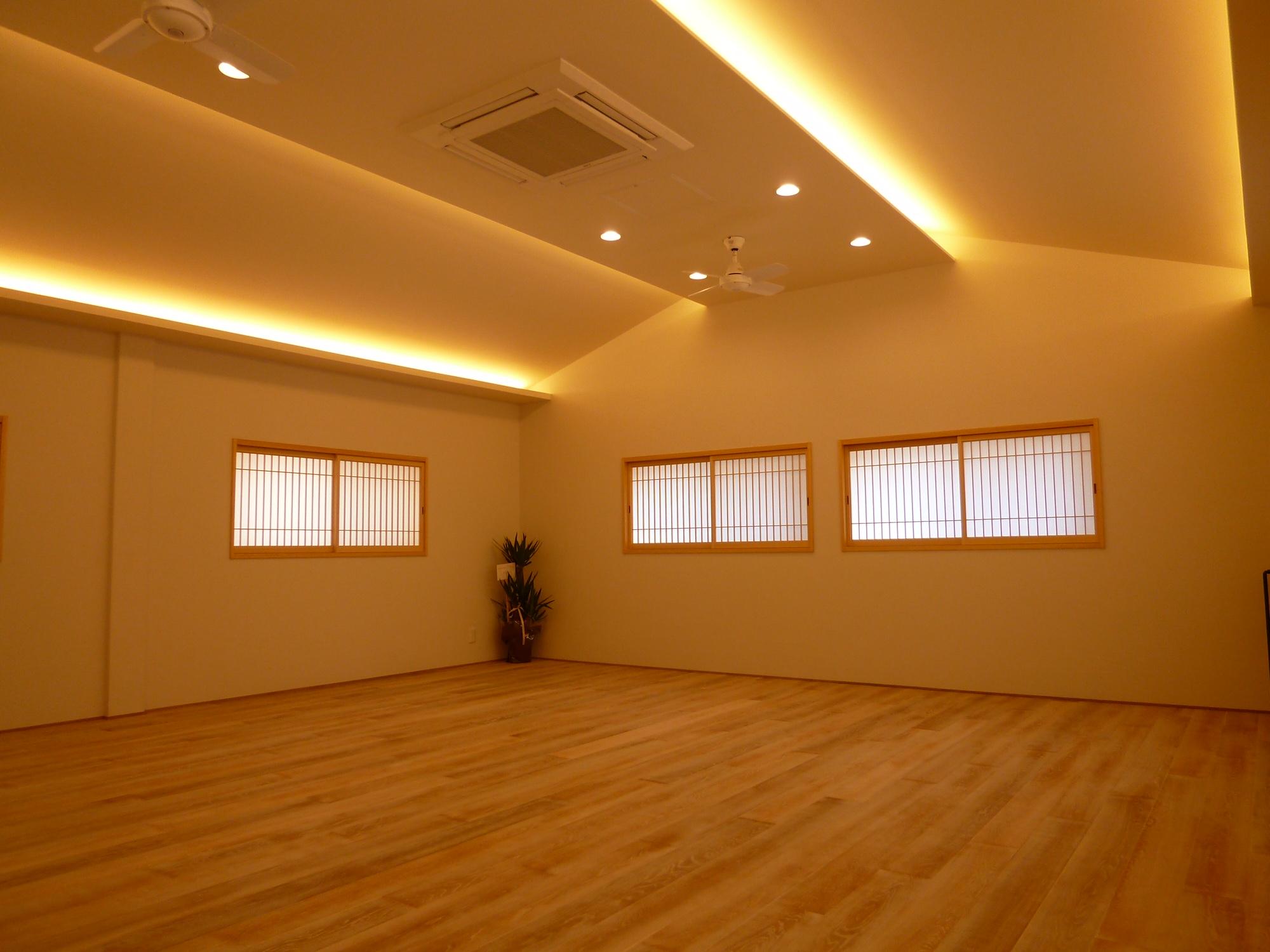真綿のような白をイメージした、二階スタジオ