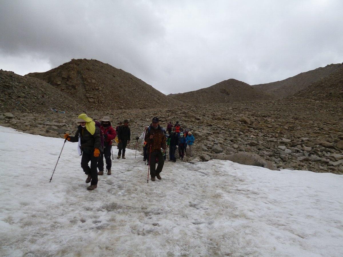 雪原を歩く一行