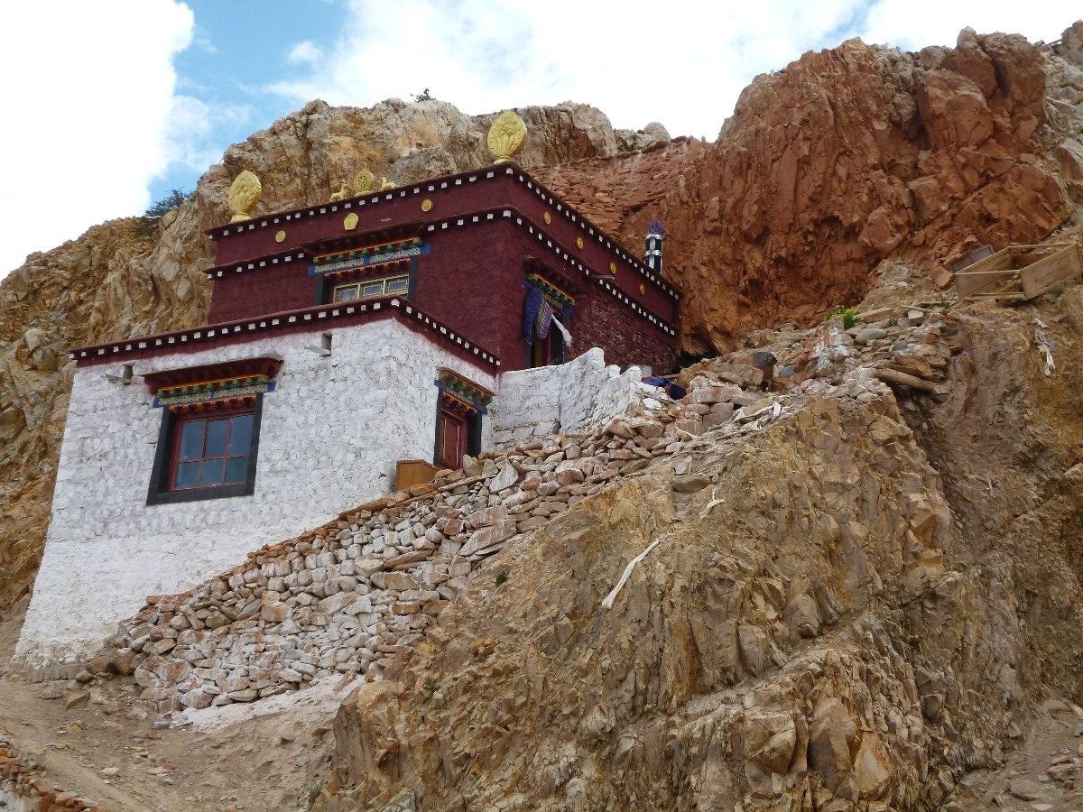 聖者が瞑想した洞窟の上に建てたお堂