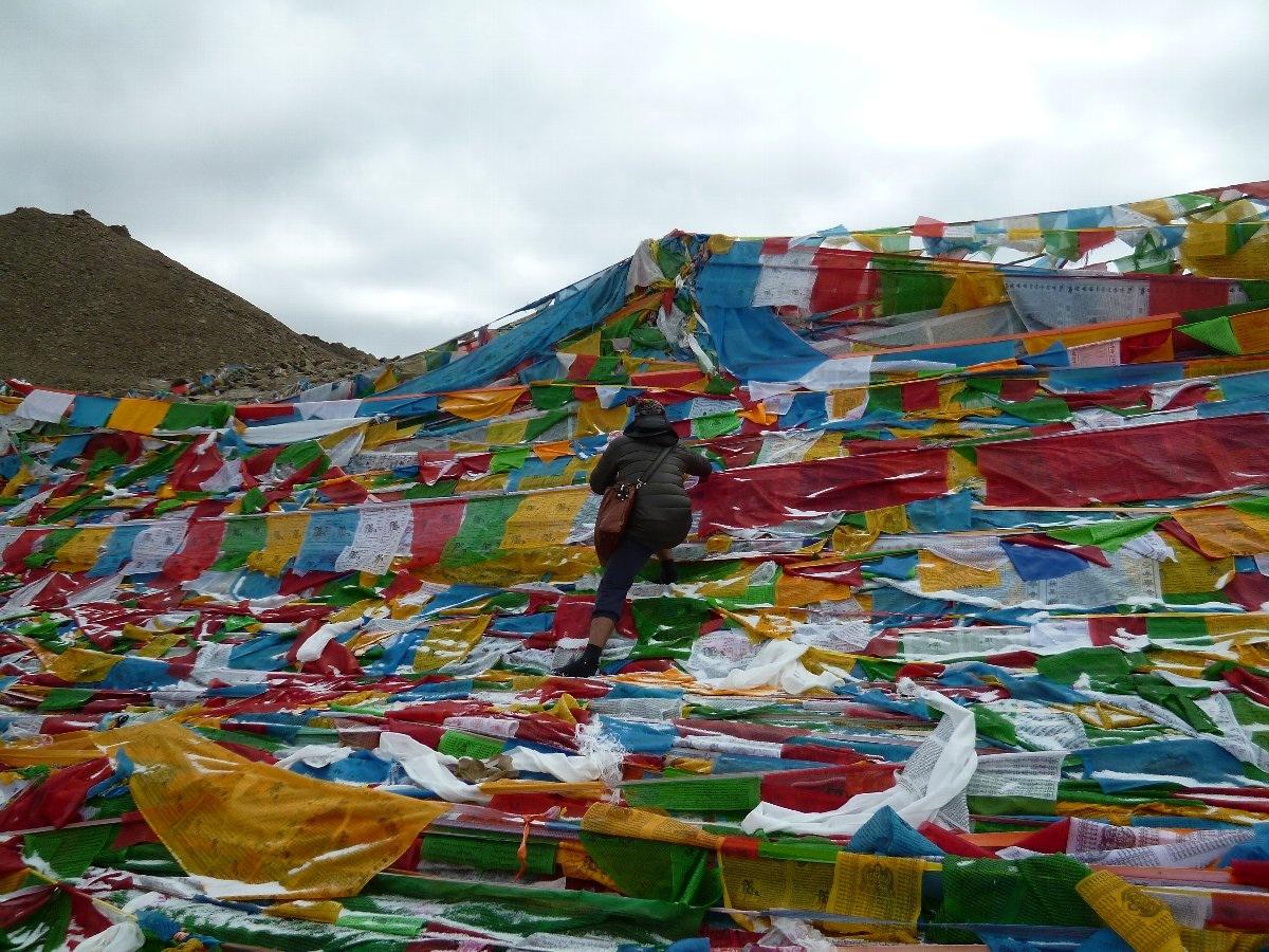 ダルマラ(峠)5650m タルチョを捧げるチベット人ガイドさん