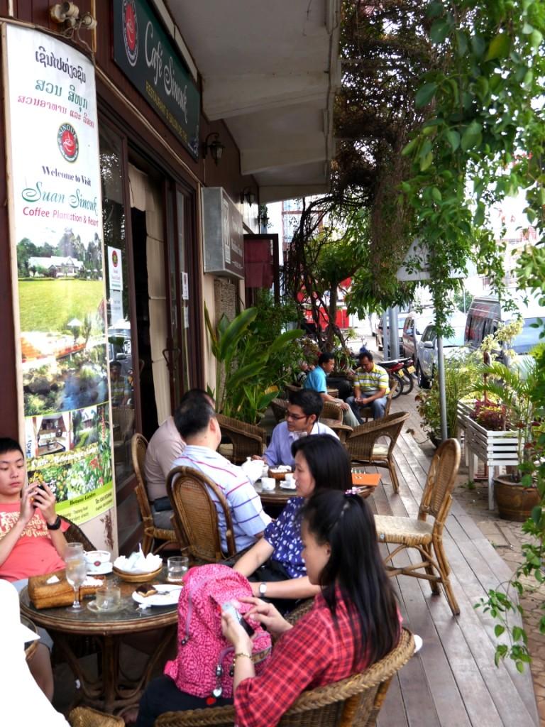 Vorm Cafe dem Hotel
