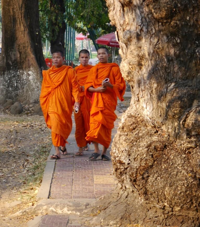 Junge Mönche entlang des River