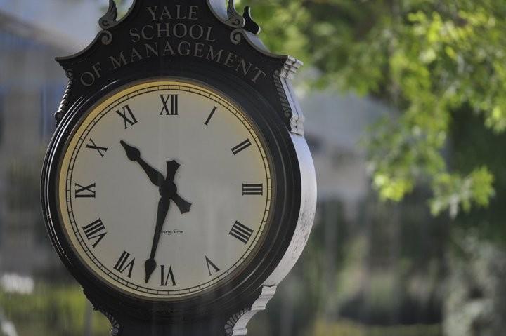 Yale SOMに最近設置された時計。卒業までのカウントダウンが始まっている。