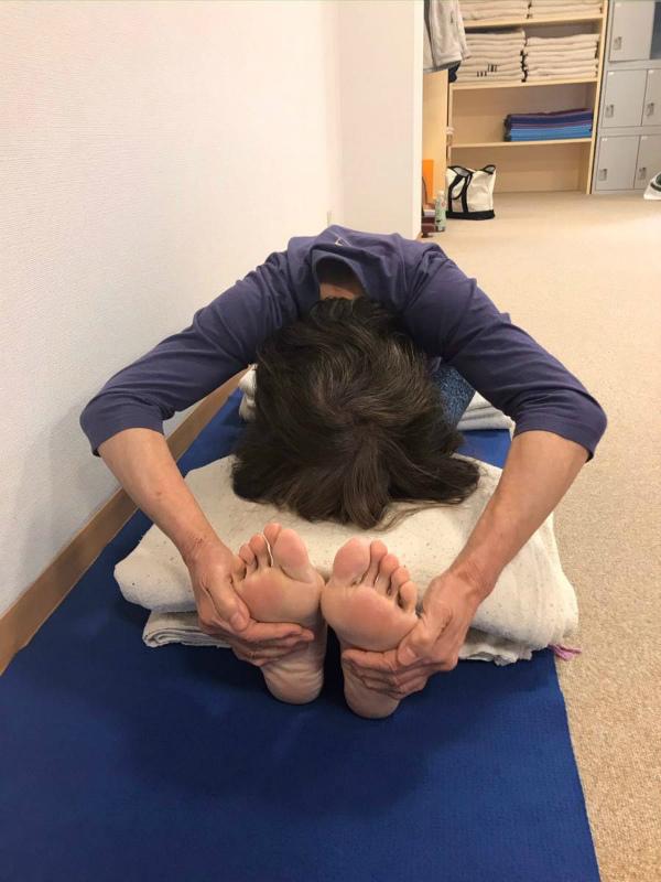 床の方に降りていくのではなく休めた頭の 方に背骨が伸びるようにします。肘は広げて行いますが余り上げ過ぎないで!