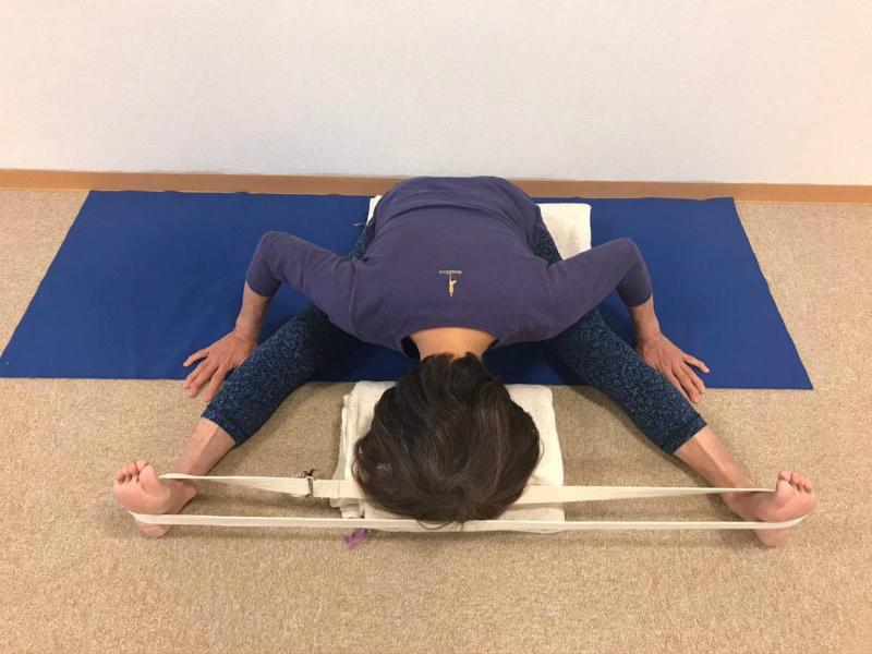 両肩を広げて臀部の外側はIN(内側に閉めるように寄せる)