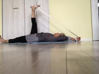 ⑤スプタパーダングシュタアサナ・床に寝て行います。上半身から脚と腕が離れていくように 真っ直ぐな身体を感じます。全てが同じ形での動きになります。