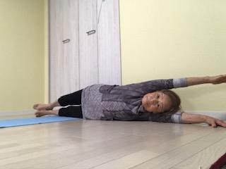 ⑥アナンタアサナ一段階・上向きに寝た身体の体側の片側全てを付けて脚・腰。上半身・  腕が繋がり、安定して保てるように行います。骨盤周辺後強化され上半身と脚の側面が床に安定します。 両サイドが終わったら上向きになって休みます。