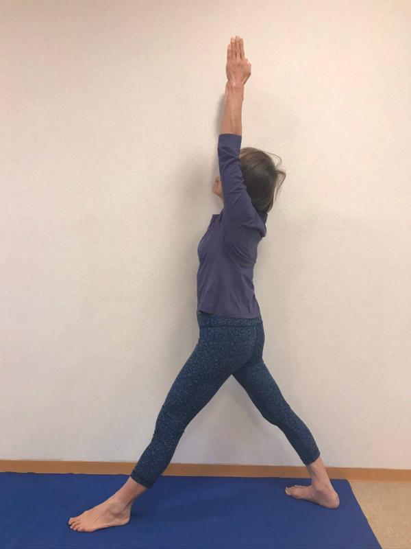 ①両腕を引き上げて体側を伸ばします