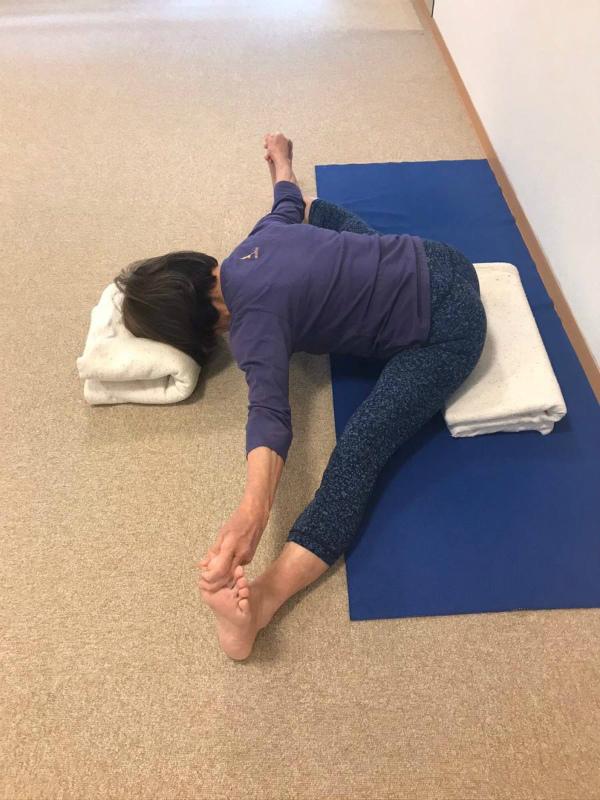 ウパヴィシュタとは座るという意味なので坐骨は浮かないようにします。