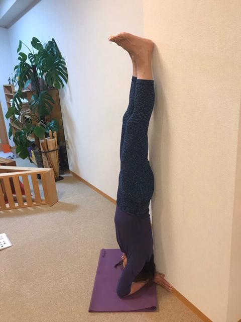 壁の隅の角を使って、体幹の真ん中を角に付けて
