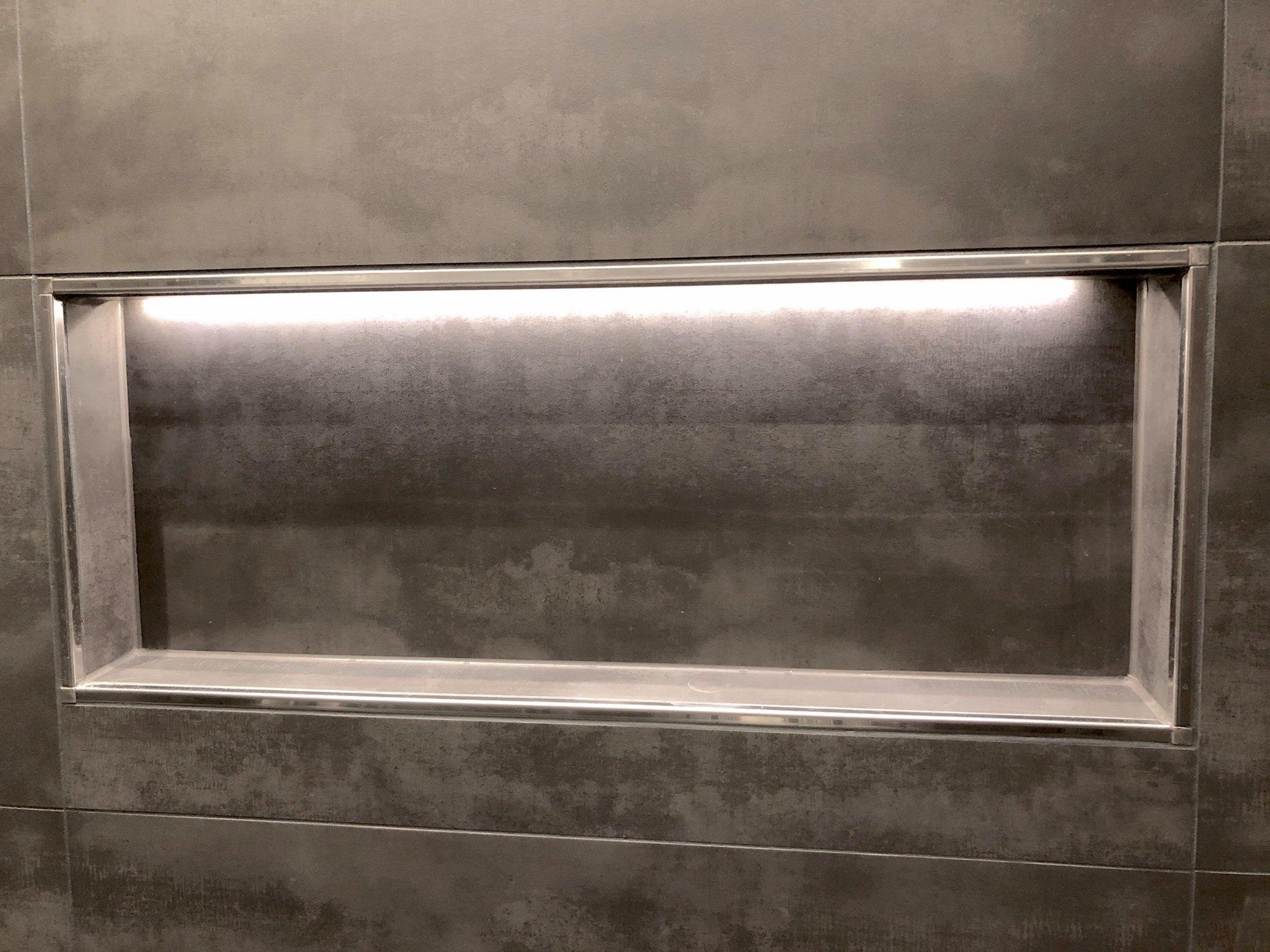 beleuchtete Stellfläche im Duschbereich