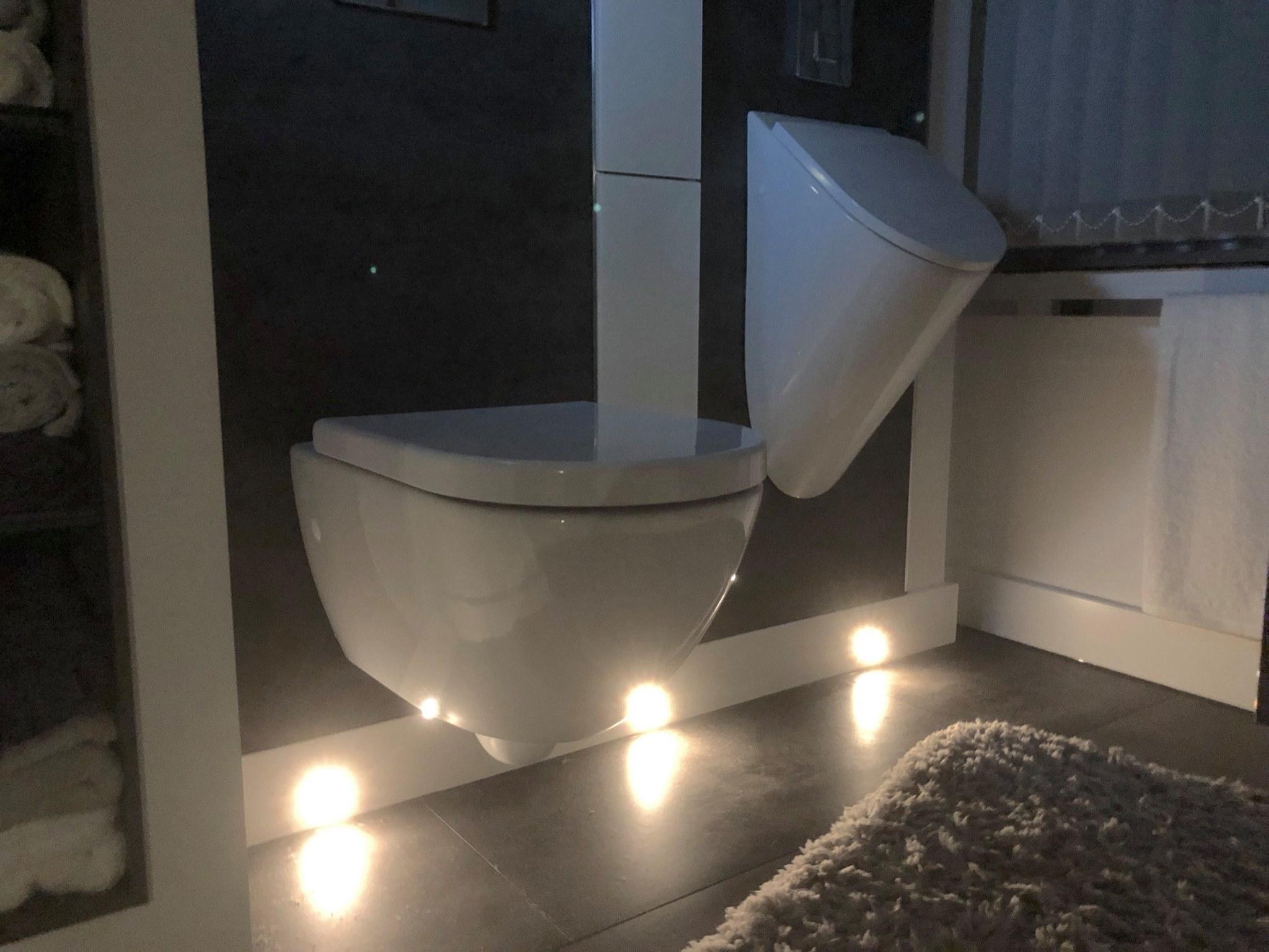 Sensor-gesteuerte Lichtspots für den nächtlichen Toiletten-Gang.