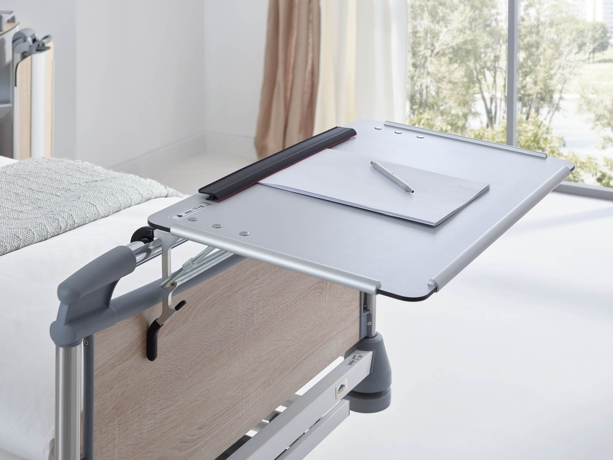 Die Schreibplatte ist für mehrere Häupter-Typen erhältlich. Sie lässt sich bei Nichtgebrauch abklappen.